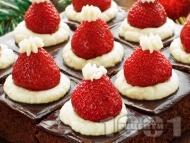 Рецепта Вкусен и ефектен коледен шоколадов сладкиш с ягоди